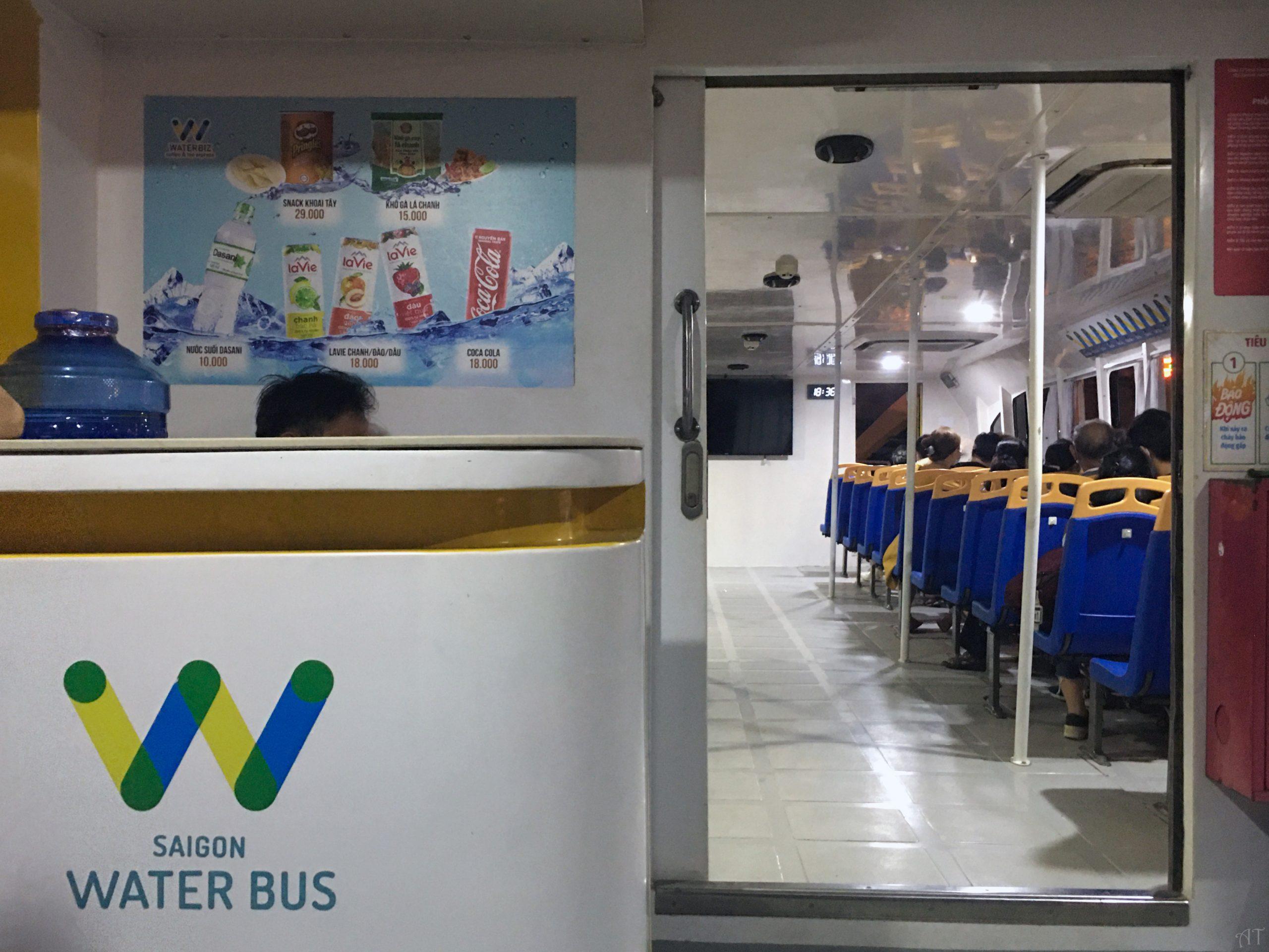 xe buýt trên sông saigon